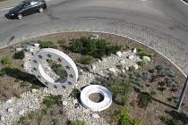 Z kruhového obelisku na českokrumlovském kruhovém objezdu se stala díky dalšímu kruhu - pouta.