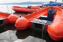 Po motorech na šesti člunech zbyly jen přestřižené dráty. Kam motory putují, se dá jen dohadovat.