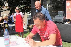 Jaroslav Němec do sebe ve Vyšším Brodě na pouti nasoukal 22 ovocných knedlíků. Vyrovnal tak svůj rekord z předešlého roku.