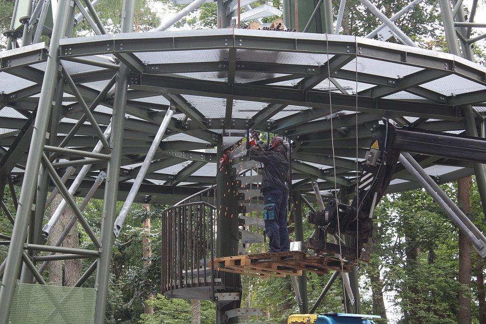 Konstrukce rozhledny nad Horní Planou je hotova zhruba do poloviny.