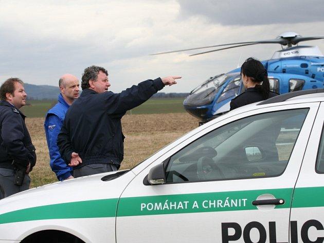 Pohřešovanou dívku hledali policisté také pomocí helikoptéry ministerstva vnitra.