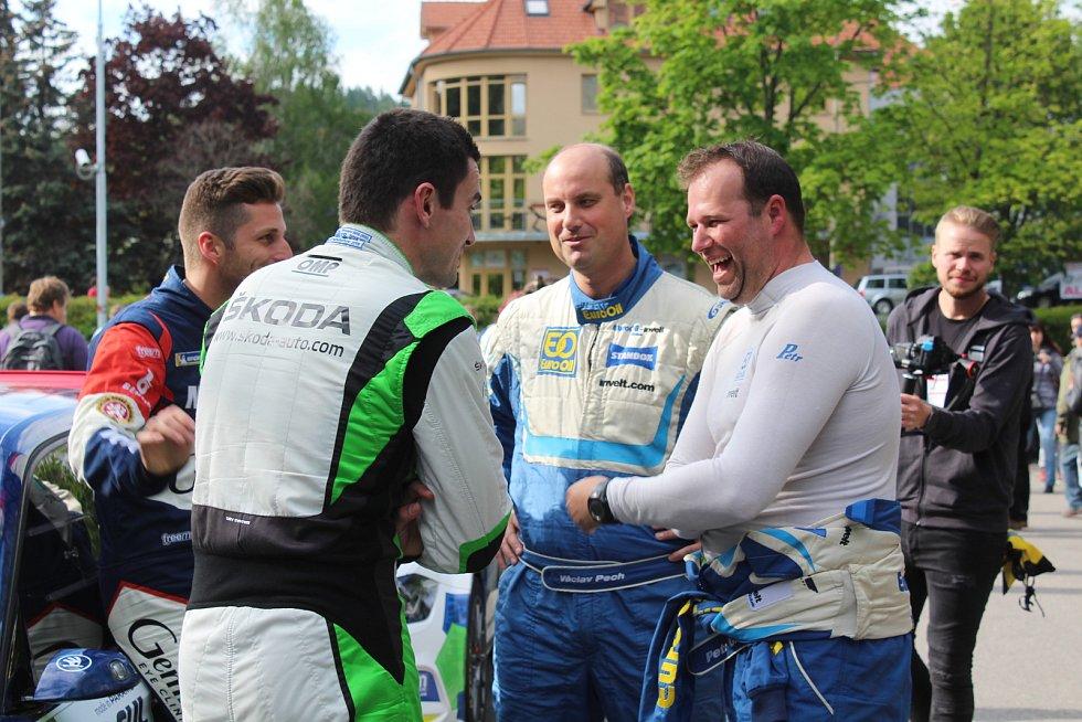 Úřadující mistr světa i ČR v rallye Jan Kopecký (2. zleva) s vítězi Rallye Šumava Klatovy Václavem Pechem a Petrem Uhlem (v modrobílém).