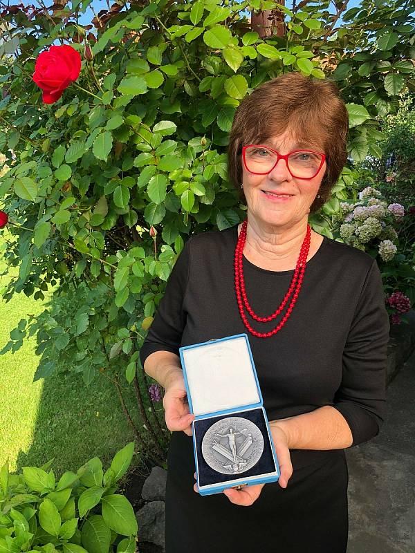Pedagožka Marta Kopalová se stříbrnou medailí od Ministerstva školství, mládeže a tělovýchovy za vynikající práci.