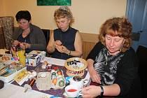 Setkání žen v kavárně U Jakuba při společném zdobení vajíček pod vedením dvou Jan.