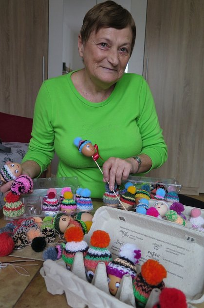Marie Faltová obléká vajíčka do roztomilých čepiček.