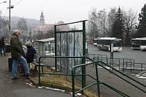 Českokrumlovské autobusové nádraží není vzorem architektonické ctnosti a dokonalého vybroušení tvarů. Přesto zůstává stále nezodpovězena jedna důležitá otázka: je opravdu bezpodmínečně nutné nádraží nyní opravovat?