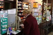 Většina studií se shoduje, že průměrný senior polyká dva až šest léků na předpis a další dva tři volně prodejné.