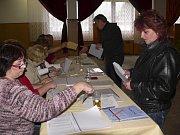 V Loučovicích se nacházela sídla obou volebních okrsků n kulturním domě. Takže tu dvě volební komise seděly naproti sobě jako při nějakém utkání.