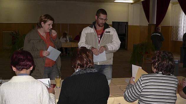Obyvatelé Loučovic našli obě volební komise na jednom místě.