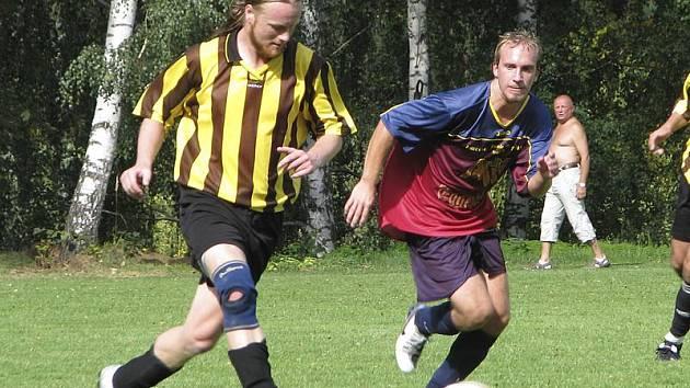 Okresní soutěž - 4. kolo: Holubov - Větřní B 2:1 (zleva v souboji domácí Jakub Hůlka a hostující Martin Hüttner).