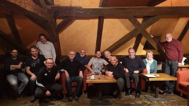 Krumlovská koalice. Zleva: Oldřich Hluško, šéf hnutí Reálný Krumlov, a krumlovští zastupitelé Jiří Klosse (Reálný Krumlov), Jiří Bloch (Nezávislí a Zelení), Roman Kneifl (KDU-ČSL), Bohumil Florián (Město pro všechny), Jiří Olšan (KDU-ČSL), Martin Fürst