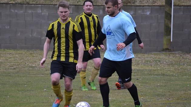 Fotbalová příprava: SK Holubov (černožluté dresy) – SK Zlatá Koruna 3:3 (1:2).