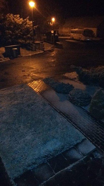 Z okna sledovala sníh Hana Smržová v Rožmitále na Šumavě.
