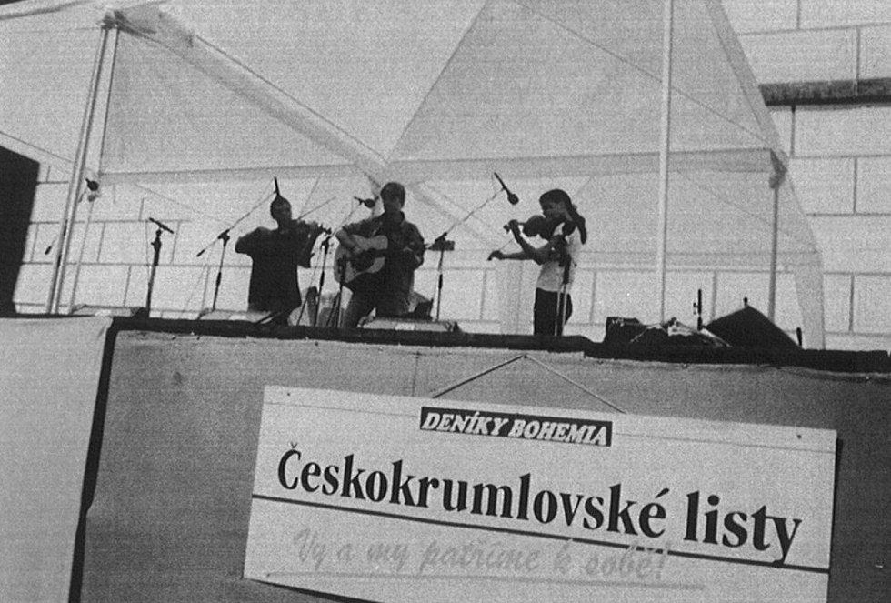Českokrumlovská folková kapela zahraje ve středu 15. prosince v psím útulku na Kaplické na psích Vánocích.
