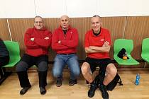 Utkání v Pelhřimově sledovaly i legendy kaplického basketbalu – Karel Bedlivý, Jiří Hejný a Václav Blažek (zleva). Posledně jmenovaný matador v duelu dokonce nastoupil a zaznamenal poslední koš Spartaku.
