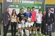 Nově složený krumlovský deblový pár Petr Beran a Jaromír Janáček (třetí a čtvrtý zprava při závěrečném medailovém ceremoniálu čtyřhry mužů) se na republikovém šampionátu nečekaně probojoval až do finále.
