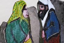 """Postavy Ježíše a Marie v kamenném betlému Pavla Hudečka jsou přibližně 90 centimetrů vysoké. """"Z toho přibližně patnáct centimetrů se schová do země,"""" vysvětlil kameník."""