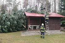 Smrk přistál při silném větru na chatě u Dolního Třebonína.