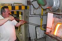 Během léta bývá u pece ve sklářské huti na Milné i šedesátistupňové horko. Na snímku Jan Stašák.
