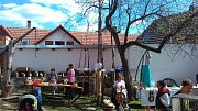Obří pomlázky každoročně plete Petr Kozák z Velešína se členy rodiny. Foto: Petr Kozák