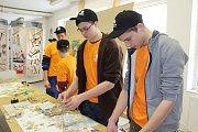 Na krumlovském Středisku praktického vyučování seznamují žáky ZŠ s obory i při soutěžích. Učni se stali sami učiteli a osmákům ukázali, jak se dělá nástěnná mozaika.