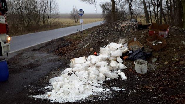 Bílá krystalická látka uautobusové zastávky vKosově vyvolala rozruch.