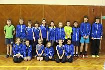 Při krajských turnajích mladšího a staršího žactva se představila sedmnáctka nadějí krumlovského SKB (na společném snímku), která v součtu vybojovala sedm zlatých, dvě stříbrné a sedm bronzových medailí.