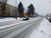 Silničáři na Českokrumlovsku solí a prohrnují, ale dál sněží, silnici I/39 mezi Českým Krumlovem a Černou v Pošumaví pokrývá vrstva ujetého sněhu.