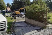 Na křižovatce u městského parku v Kaplici začali dělníci s úpravami, od silnice oddělí místní parkoviště.