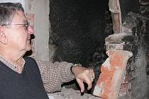 Ředitel českokrumlovského muzeam Petr Jelínek ukazuje bývalý komín, s nímž se před lety počítalo jako s hlavním uvažovaným rozvodem.