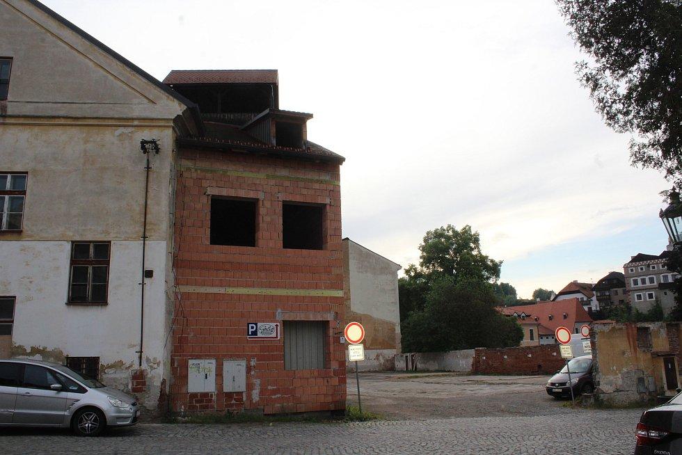 Budovy v centru města, které v minulosti sloužily jako sídlo profesionálních krumlovských hasičů a stojí naproti Fotoateliéru Seidel, také stále zůstávají bez života a využití.