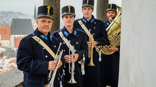 Gardisté troubili fanfáry z věže krumlovského zámku.