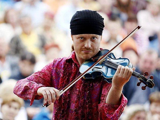 Loňský koncert Pavla Šporcla (na snímku) s cimbálovou muzikou Romano Stilo v Pardubicích.