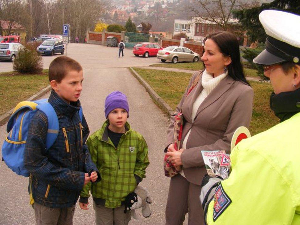 Děti si s pomocí policistů připomněly, jak se chovat na přechodech. Foto: Policie ČR