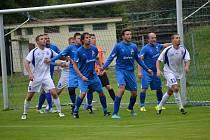 Podzimní derby souboj mezi Loučovicemi (v bílém) a Frymburkem skončil výhrou domácích v poměru 4:2. Jak dopadne odveta?