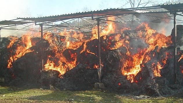 Ve skladu zemědělské společnosti v Rožmitále na Šumavě shořelo 450 balíků slámy.