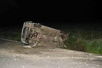 Po projetí prudké levotočivé zatáčky vyjel mimo vozovku a po několik metrech se auto zastavilo převrácené na boku.