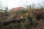Drážní hasiči likvidují škody na Těchorazu ve Vyšším Brodě na trati z Rybníka do Lipna nad Vltavou.