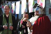 Svatý Martin přijel do Českého Krumlova, aby tu otevřel první letošní mladé víno.