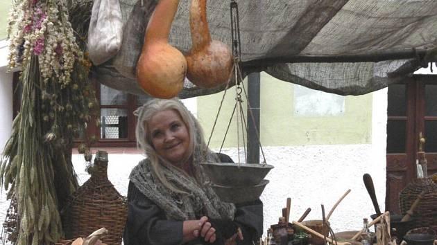 Na snímku je sice herečka Gabriela Vránová při natáčení televizní pohádky, přesto nebude v budoucnu obdobný pohled při konání městských trhů v Českém Krumlově výjimkou.