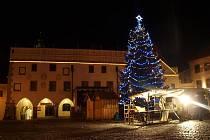 Vánočně vyzdobené náměstí Svornosti v Českém Krumlově.