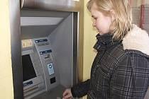 """""""O případu zneužití karty v bankomatu jsem slyšela. Sama tady taky vybírám, ale nic podobného se mi zatím naštěstí nestalo,"""" řekla ve středu mladá žena (na snímku), jež si přišla vyzvednout hotovost do bankomatu na kaplickém sídlišti Na Vyhlídce."""
