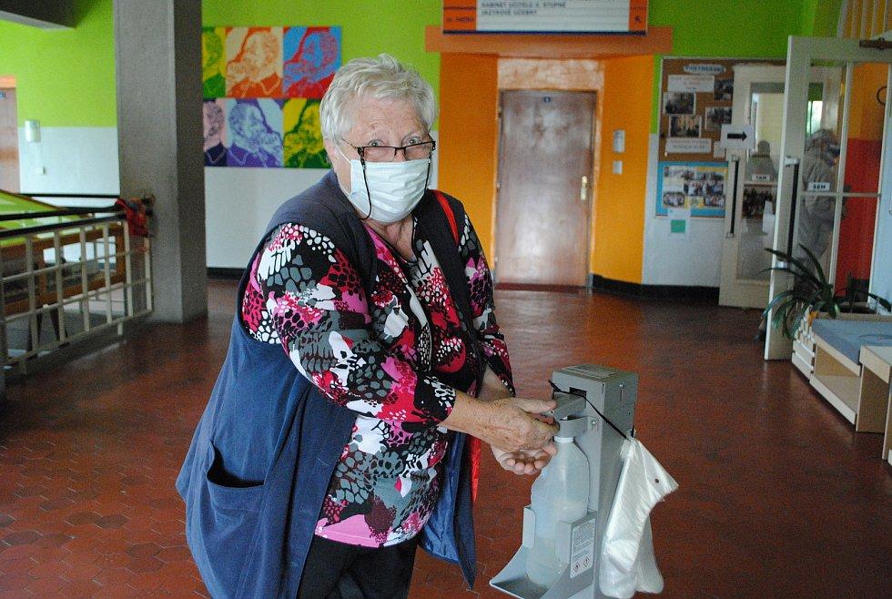 Během prvních pár minut k volební urně v 7. okrsku ve škole T. G. Masaryka dorazilo sedm voličů.