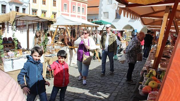 Májový jarmark na českokrumlovském náměstí.