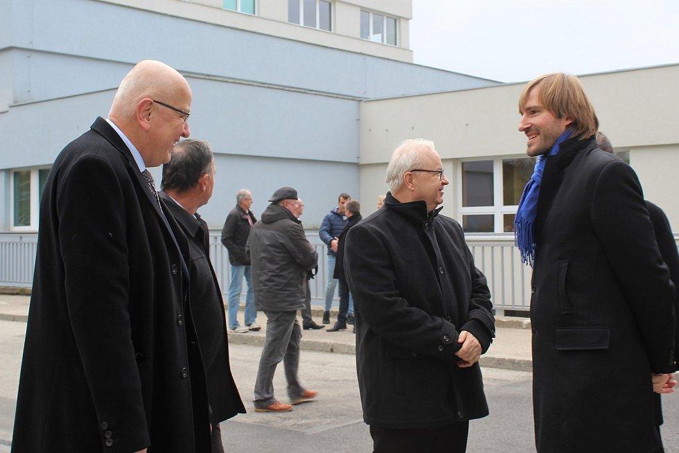 Ředitel nemocnice Jindřich Florián (vlevo) s ministrem zdravotnictví Adamem Vojtěchem při slavnostním otevření nového pavilonu B českokrumlovské nemocnice.