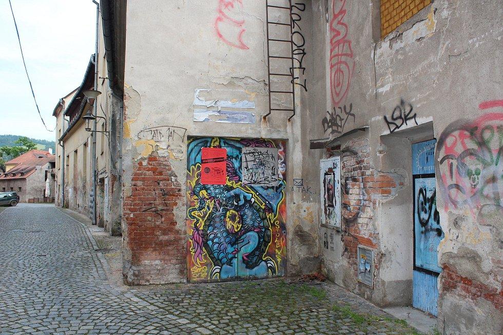 Komplex budov tzv. Prádelny v Hradební ulici za Egon Schiele Art Centrem také čeká na svůj lepší osud. Skupina příznivců umění usiluje o to, aby se Prádelna dočkala rekonstrukce a sloužila umění.
