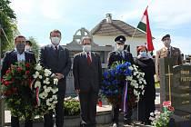Věnce ve Zlaté Koruně a v Rájově položila a památku padlých uctila česko-maďarská delegace.
