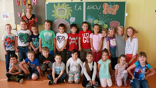 Loňská velešínská třída 1.A. Z dětí už jsou druháci.