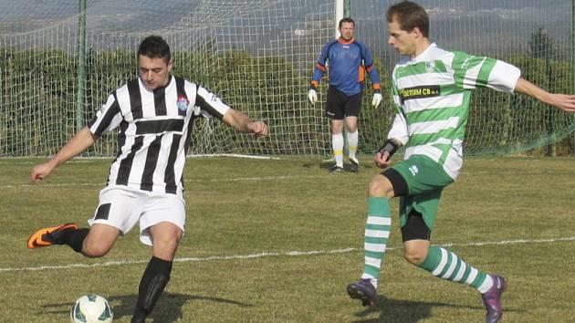 Novic v kaplickém dresu František Kreisinger (vlevo) odehrává míč před dotírajícím Davidem Růžičkou.