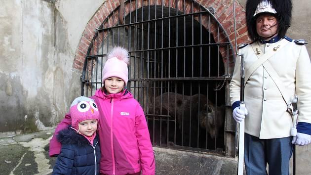 Můžete se koupit poukaz na návštěvu medvědího příkopu a podpořit tak jejich chov v Krumlově.